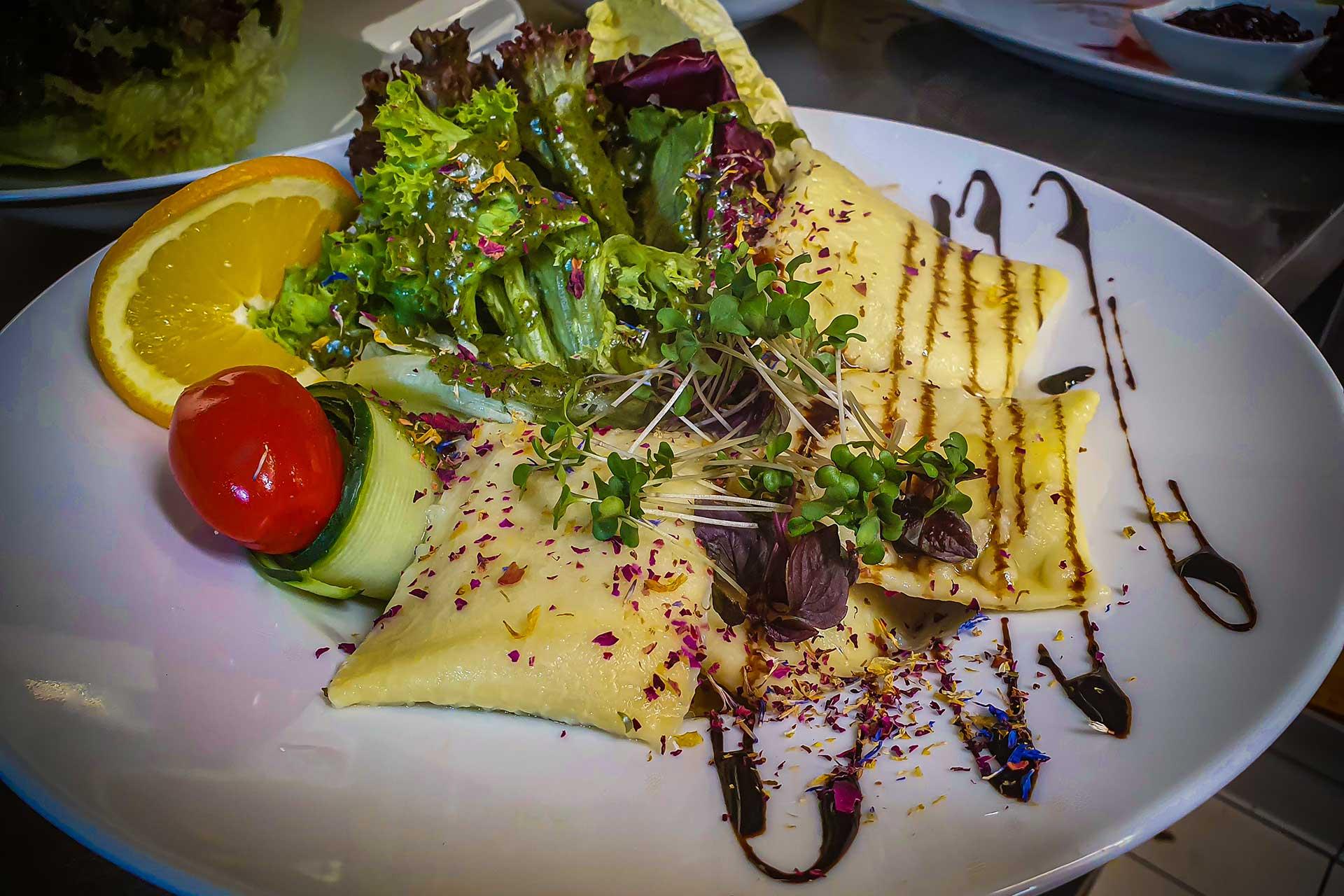 Speisen - Gemüsemaultaschen mit Blattsalat - Restaurant Goldener Zwinger